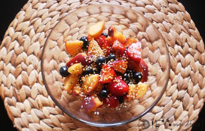 Rychlý ovocný salát z broskve, jahod a borůvek, se včelím pylem