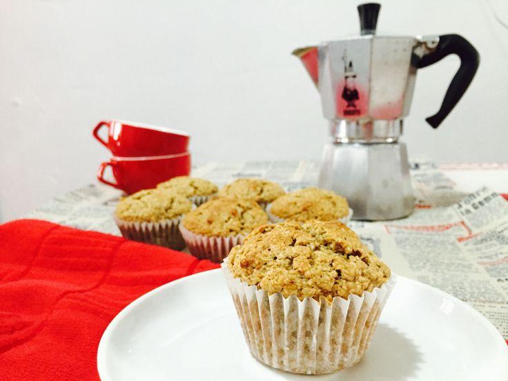 Muffins post entrenamiento de avena y plátano, la receta lista en https://cryscocina.wordpress.com/2016/01/22/muffins-supersanos-de-avena-y-platano/