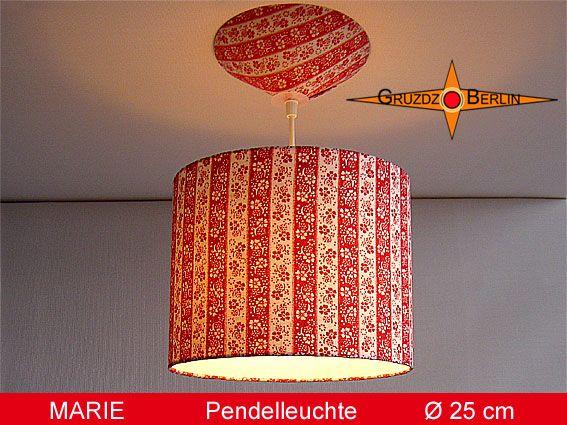 Hier sehen Sie unsere tolle Leuchte MARIE in Ø 25 cm. Eine Pendellampe mit Diffusor und Baldachin Retrodesing rot. Eine wunderbare Hängelampe mi geblümten Ringelstreifen und Rot-Weiß Retrodesign der 70er Jahre. So eine Lampe bringt an jedem Standort viel Freude.