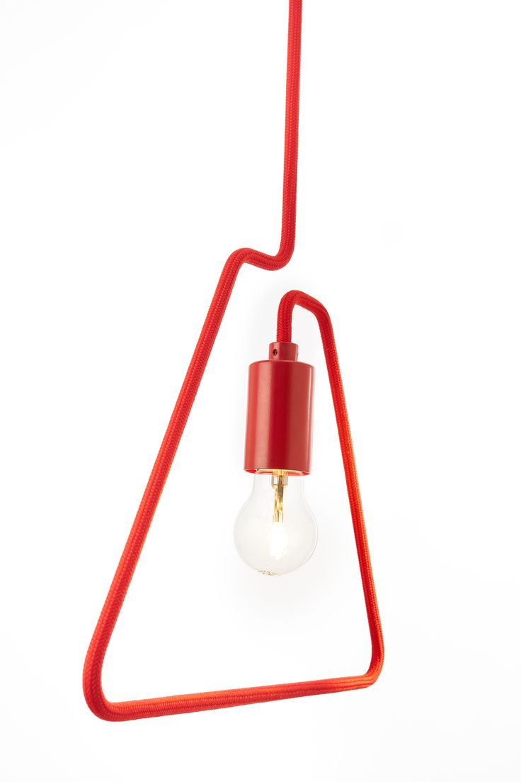 A-SHADE: Si ispira ad uno stile minimal questa sospensione che procede per sottrazione e riduce all'essenzialità la forma senza intaccare la funzione di corpo illuminante. This hanging lamp is inspired by a minimalist style, which proceeds by subtraction and reduces the shape to  ssentiality without damaging its lighting function.