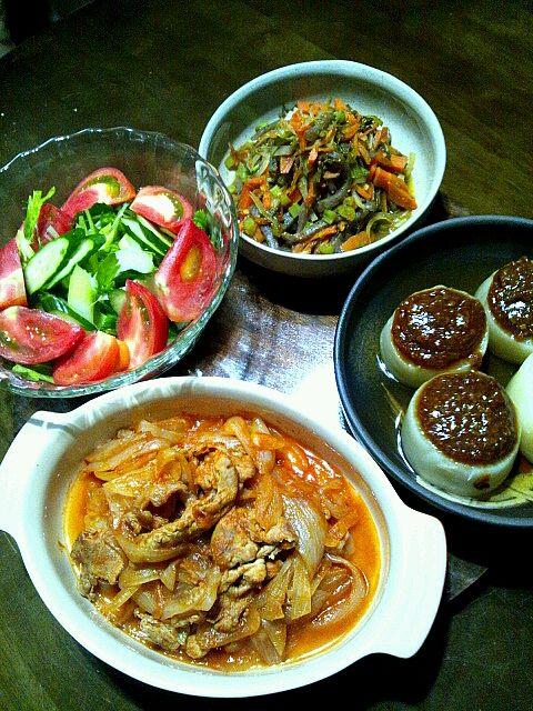 あれ?2回上がってしまいました…(>_<) - 9件のもぐもぐ - 豚肉と玉葱のトマト煮込み。お肉は200グラム。大根の出し煮込みに自家製味噌ダレ。大根の皮、大根の茎、人参、蒟蒻、めかぶの炒め煮。サラダ。 by mamipitschi