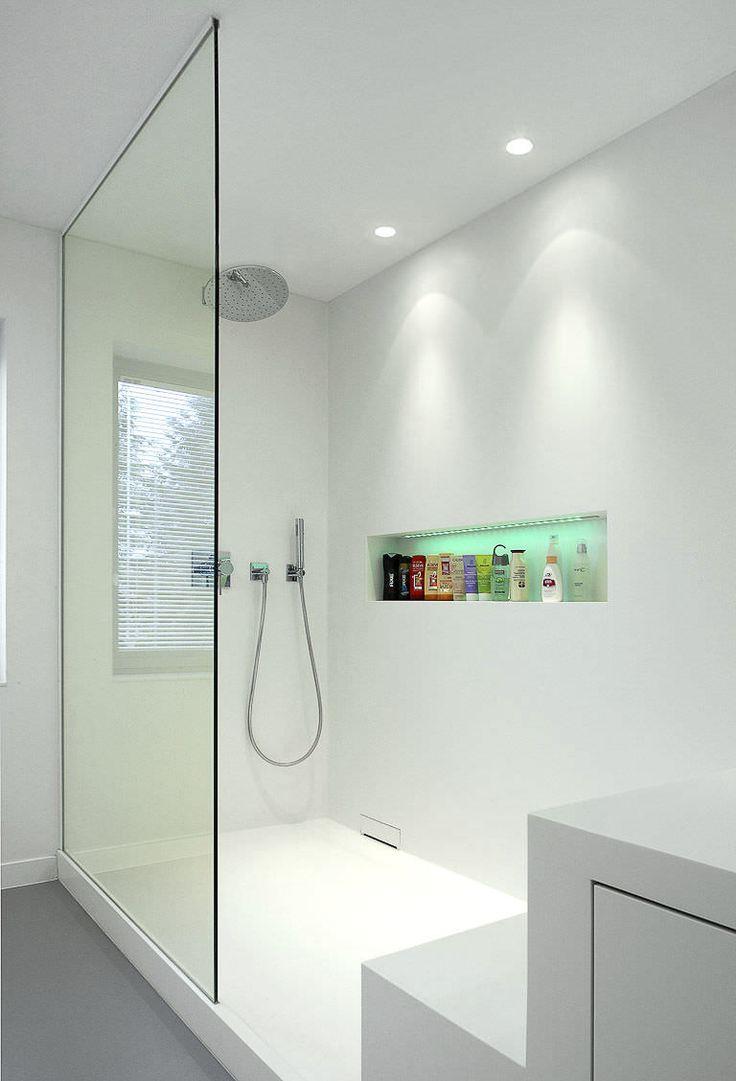 una doccia illuminata con due faretti led bianchi ...