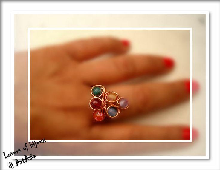Anello realizzato con filo rame e perle naturalidi varia natura e colori. Artigianato italiano, handmade in italy