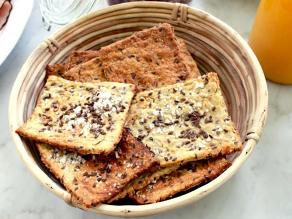 Havre-Kex - Video//Swedish// Oat biscuits 1 dl oatmeal 1 dl sunflower seeds 1 dl flax seeds 1 dl sesame seeds 2 dl flour 2-3 dl fine rye flour 1 dl olive oil 2 dl of water 2 pinches salt 1 teaspoon baking soda egg white to brush with sea salt sunflower seeds, flax seeds and sesame seeds for decoration