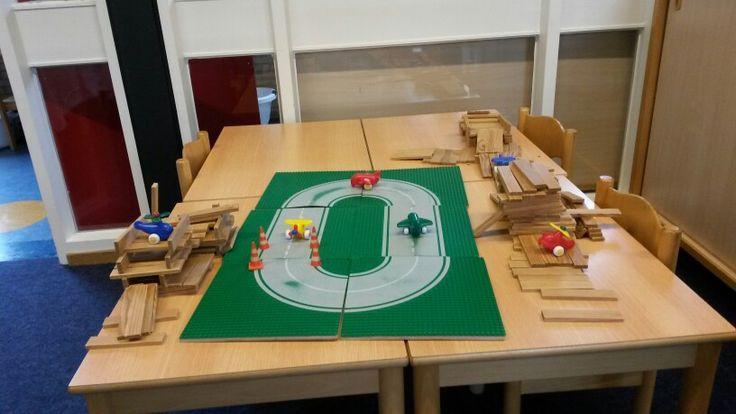 Vliegveld gemaakt van Kapla en Lego.
