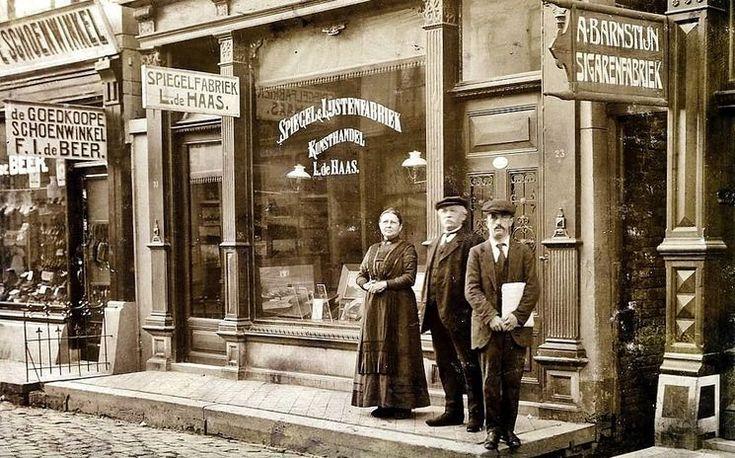 Groningen<br />Groningen: De Folkingestraat in 1915 . Op nummer 25 de schoenenwinkel van F. I. de Beer. Daarnaast,op nummer 23, de spiegel- en lijstenfabriek van Lambertus de Haas. Het pand werd in 1919 overgenomen door Ephraim de Swaan, die er een paardenvlees- en rookvleesfabriek in vestigde. Tenslotte, op nummer 21, de sigarenfabriek van Alexander Barnstijn, later voortgezet door zijn zoon Leo(nard).