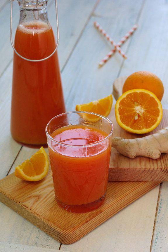 Cinco Quartos de Laranja: Sumo de laranja com cenoura e gengibre. Ingredientes para 2 pessoas: 8 laranjas,1 toranja, 1 garrafa com 200 ml de sumo de cenoura biológico,15 g de gengibre fresco 1. Espremer as laranjas até obter 400 ml de sumo.2. Ralar o gengibre com a casca e de seguida espreme-lo muito bem para um jarro. 3. Adicionar, ao gengibre, o sumo da toranja, da laranja e o de cenoura. Mexer e servir.