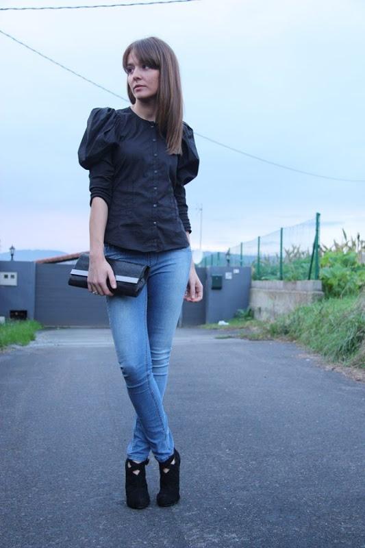 Vaqueros y camisa negra...