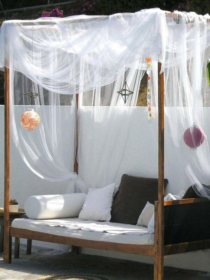 Dieses Outdoor Bett wird von einem zarten und transparenten Stoff geziert