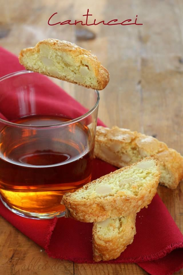 Cantucci alle mandorle fatti in casa. Semplici da realizzare a davvero squisiti. In compagnia di amici e un bicchierino di vin santo sono l'ideale.