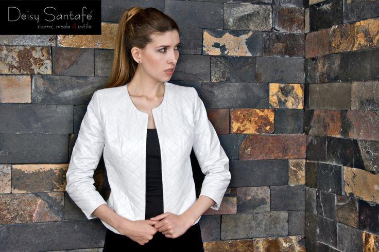 Chaqueta cuero blanco, manga 3/4, recta pespuntes en rombos y cuello redondo.