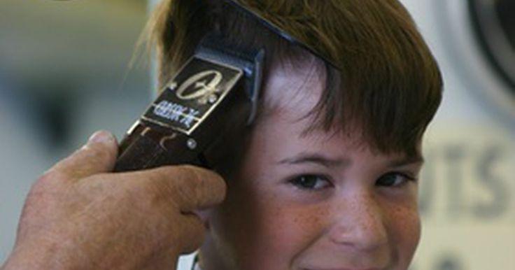 Cómo entender los tamaños de las hojas de una cortadora de pelo de peluquería. La cortadora de cabello de las peluquería están equipadas con unos peines que alteran el largo del corte. El tamaño del peine-guía usado le dice al peluquero mucho sobre el corte de cabello y le da una imagen clara del resultado deseado. Un cliente que pide un corte rebajado con un numero dos quiere un corte muy pegado a la cabeza en los lados y ...
