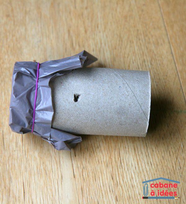 Un kazoo, c'est un accessoire qui modifie la voix. Il s'agit d'un tube fermé par une membrane et en chantonnant dans le tube, on fait vibrer la membrane qui transforme ainsi la voix, comme si on parlait avec le nez. Il est super facile d'en fabriquer et c'est ce que l'on a fait dernièrement, avec, devinez quoi? un tube de papier toilette ;) En plus d'être un instrument de musique rigolo, c'est aussi un bon outil pour parler des vibrations et du son (vous pouvez présenter cette activité…