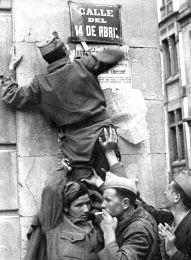 Murcia, 29 de Marzo de 1939, los franquistas retiran las placas de las calles y plazas de la España republicana. Esta es ahora la calle de Enrique Villar, junto a la plaza de Sto. Domingo.