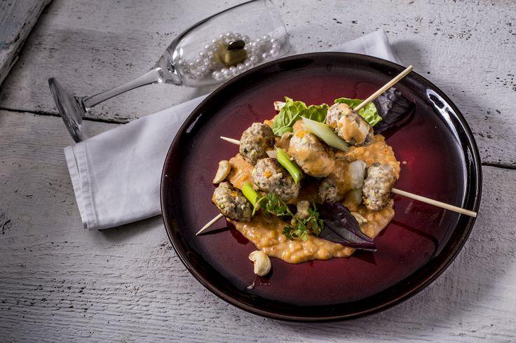 Tofus zöldséges malacfasírt nyárs - currys kókusztej mártásban, lencsével | Összetett recept, olyan házi séfeknek, akik szeretik a kihívásokat. Bármennyire is nehéznek gondolod, a receptkártyával gyerekjáték lesz a vacsora elkészítése. Ebben a fogásban szinte minden megtalálható, amit a Távol-keleti konyhában szeretünk: kókusztej, curry paszta, tofu.