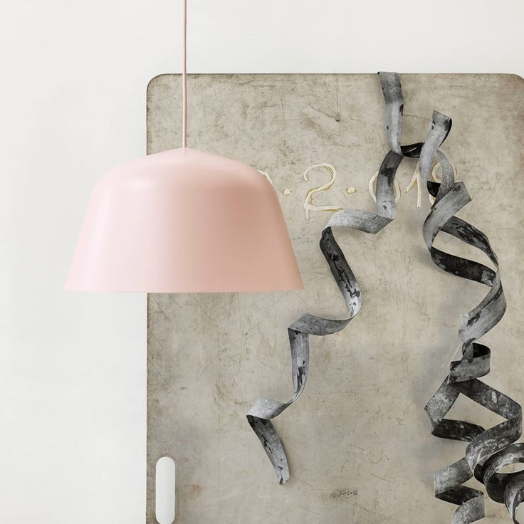 SUSPENSION -  Muuto - AMBIT  Créée par Taf Architects, Ambit est une suspension aux formes épurées et séduisantes avec des proportions généreuses. Muuto édite ce luminaire en utilisant la tradition ancienne des braseros : l'aluminium est tourné à la presse, poli et peint à la main. Mariage entre tradition et modernité, Ambit est disponible en plusieurs couleurs et s'adapte aussi bien au dessus de la table de la salle à manger, dans la  cuisine ou l'entrée.  A retrouver sur SILVERA/Eshop