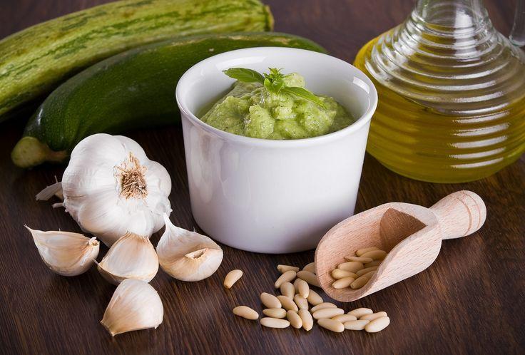 Ricetta e consigli per preparare un favoloso pesto di zucchine e mandorle, un'idea sfiziosa perfetta per condire la pasta, i panini e le bruschette