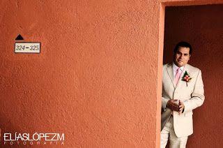 Traje de novio en color caqui ideal para tu boda en playa por Bodas Huatulco