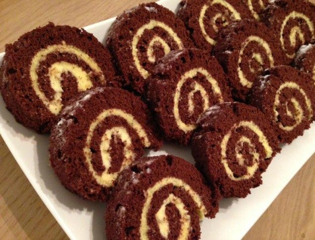 Uit dit recept voor chocolade cakerol krijg je ongeveer 16 stukjes. De bakplaat die hier is gebruikt is 37 x 31 cm. Begin met de eidooier en het eiwit van elkaar te scheiden. Klop de eidooiers samen met het heet water op tot een schui