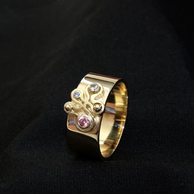 Gouden damesring met Ioliet, Diamant en roze Saffier, vervaardigd van geërfd goud van moeder.