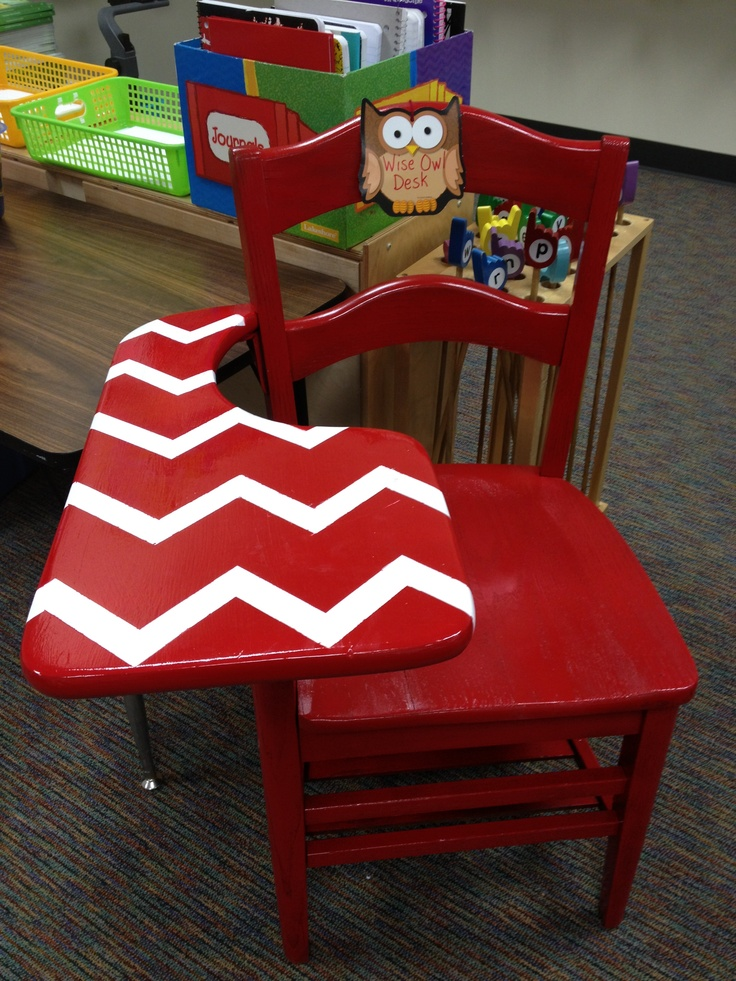 Old school desk painted red with white chevron stripes.Schools Desks, Crafts Ideas, Classroom Decor, Schools Stuff, White Chevron, Desks Ideas, Painting Red, Desks Painting, Chevron Stripes