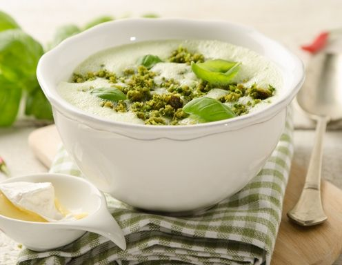 Kalte Buttermilch-Basilikum-Suppe mit Camembert und Kräuterbröseln