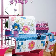 Cover for Sewing Machine and table organizer with scrap bag. Super-cute project using pre-quilted fabric. Could be made using regular fabric and quilting. In Portuguese, fairly easy to figure out from pic tuts and Google translator.