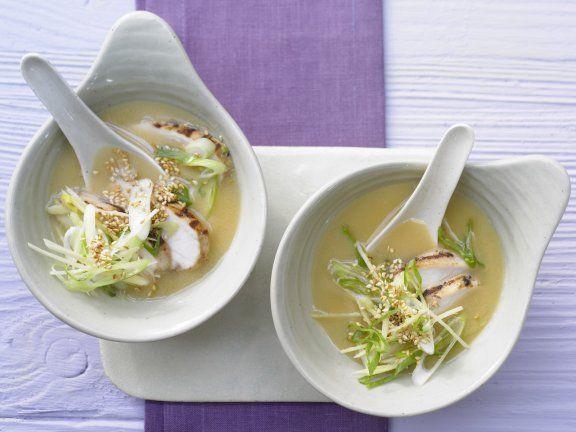 Miso-Suppe mit gebratenem Hähnchenfilet - Leichtes & gesundes Süppchen   | Kalorien: 196 | Zeit: 15 Minuten |http://eatsmarter.de/rezepte/miso-suppe