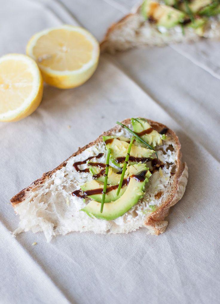 [ Somrig lyxfrukost – surdegsbröd avokado & gräslök ] Ett lager philadelphiaost, skivad avokado, riven citron, salt, citronpeppar, gräslök & balsamico.