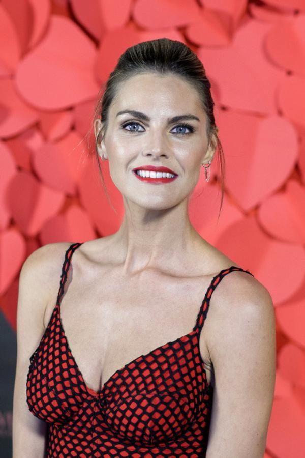 La actriz española Amaia Salamanca es imagen de la línea de maquillaje de Revlon y también se anima a probar los labiales rojos. Su look, coleta con un mini tupé, labios rojos y eyeliner negro discreto. Un tándem perfecto para salir de fiesta.