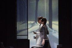 La Traviata - der doppelte und dreifache Klassiker. Eine Repertoire-Vorstellung der Oper La Traviata von Giuseppe Verdi am 14. Oktober 2011 in der Staatsoper Stuttgart. Auf dem Fest der Madame Flora suchen sie in Ballkleidern und Fräcken die illustre Gesellschaft heim.  Als Zigeunerinnen verkleidet legen sie die Karten. Wie Kastagnetten schlagen sie die Spielkarten-Fächer,  immer im Rhythmus auf die Eins. Sie fechten als Stiere - mit den Spielkarten als Hörner - gegen die