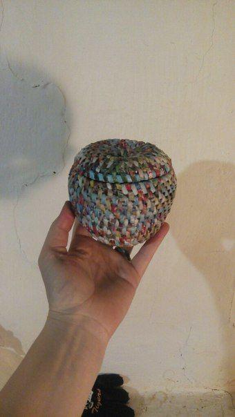 """Решила сделать небольшой МК по своему любимому плетение """"из корня"""". Надеюсь по фото будет понятно :) плету из трубочек """" пятерочки"""", оплетаю газетную трубочку"""