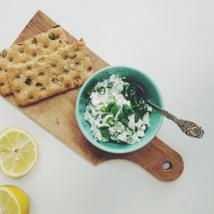 Gezond ontbijt: crackers met kruidige hüttenkäse