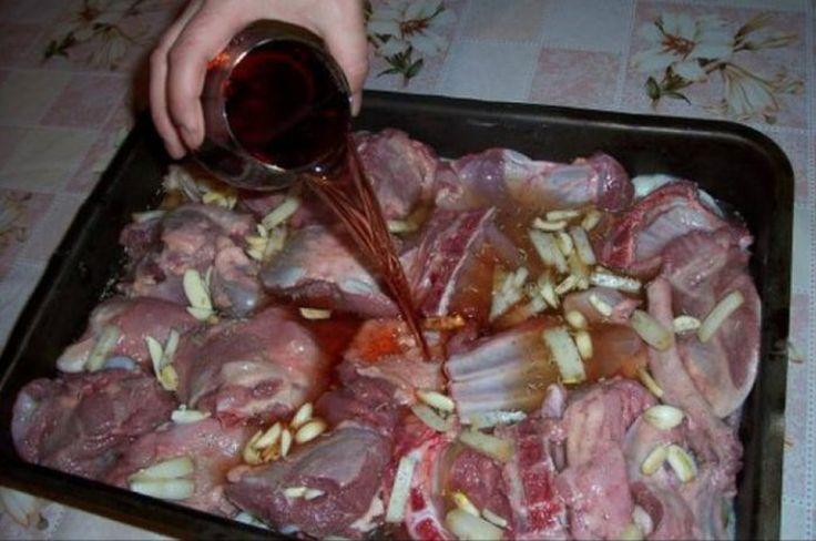 Cum faci cea mai bună marinadă pentru friptura de miel. Secretul deținut de marii bucătari  Pentru majoritatea românilor, atunci când spun masa de Paște, se gândesc automat și la friptura de miel. Dar nu toți cunosc