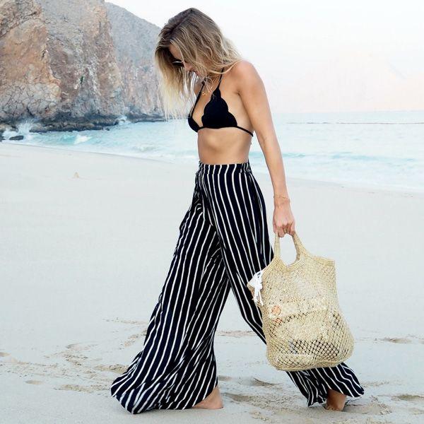 Look verão com biquini e pantalona na praia.