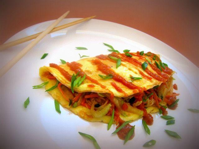 Омусоба- японский омлет с овощами, лапшой и соусом тонкацу