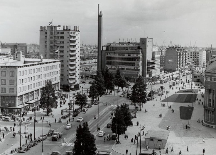 Drukte op de Coolsingel in de jaren 50 met De Bijenkorf van architect Dudok. Het architectuur pareltje had het Duitse bombardement deels overleefd maar de Nederlandse sloophamer helaas niet.