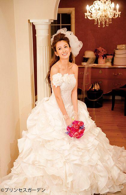 No.67-0033ゴージャス&可愛らしいスタイルを望む花嫁へ、主役だからこそ着こなせるプリンセスドレスを。咲き誇る大輪のバラをデザインしたダイナミックな一着は、挙式やフォト、あらゆるシーンで美しく輝くオーラを放ちます。