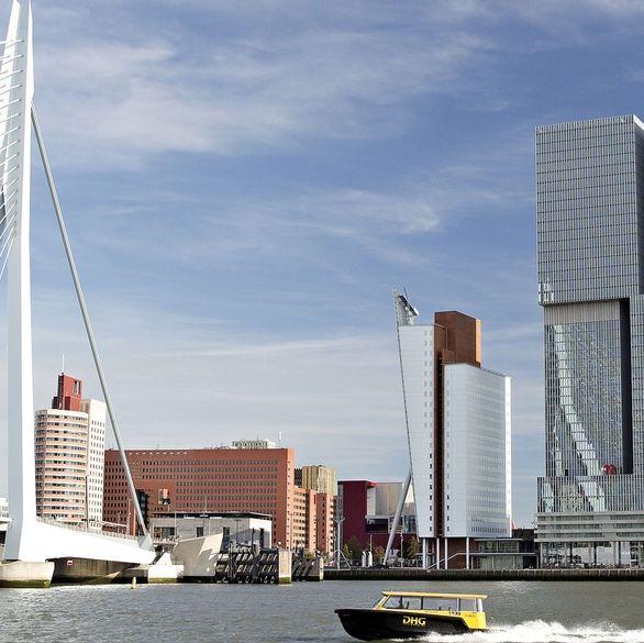 Lonely Planet's Best in Travel heeft Rotterdam uitgeroepen tot één van de 10 topsteden van de wereld om in 2016 te bezoeken. Rotterdam dankt haar plek op de felbegeerde lijst aan haar futuristische architectuur, inspirerende stadsinitiatieven zoals RiF010 en groeiende aanbod van kunst, cultuur, horeca en uitgaansgelegenheden. In de Lonely Planet mini guide Rotterdam, die hieronder te bekijken is, geeft Lonely Planet haar Rotterdam tips, bestaande uit een mix van toeristische trekpleisters…
