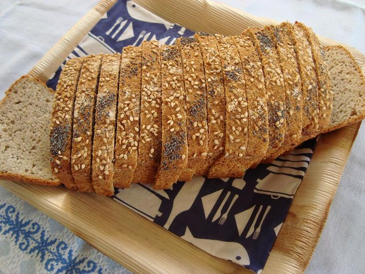Een lekker licht glutenvrij basisbrood, geschikt voor dagelijks brood met een smaakvol neutraal meelmengsel van boekweit-, rijst- en tapioca en maismeel. Dit brood heeft een lekker knapperige korst...
