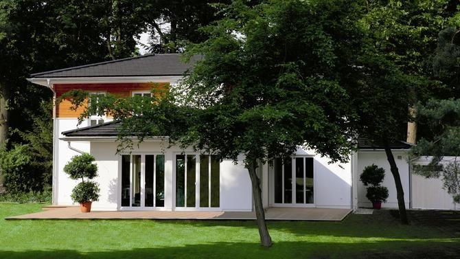 """StadtVilla Oak Park. Diese StadtVilla unter Eichen verweist mit ihrer Architektur auf einen frühen großen Klassiker der Moderne. Frank Lloyd Wright, dessen Höhepunkt in der """"Oak Park"""" Zeit lag, formulierte hier seinen Architekturgrundsatz: """"Ein Haus für alle Sinne zu bauen"""". #HAACKEHAUS #StadtVilla #modern #housegoals #house #home"""