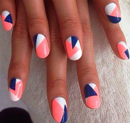 розовые и синие геометрические фигуры на белых ногтях