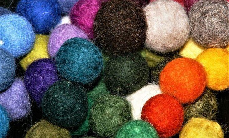 Filzen mit Wolle und Seifenlauge ist eine sehr alte Methode, aus losen Fasern ein Gewebe herzustellen. Fast jeder kennt die Situation, wenn man den geliebten Wollpullover eingelaufen aus der Waschmaschine…