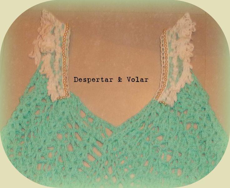 remera tejida al crochet con detalles de broderie y bordados en perla