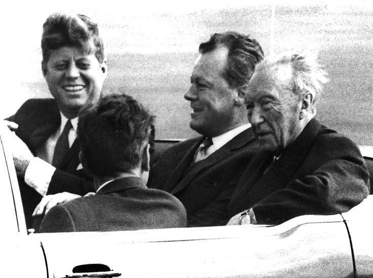 """Pragmatischer muss das US-Präsident John F. Kennedy sehen. Er zeigt sich erleichtert, dass Chruschtschow mit dem Mauerbau anscheinend seine Ansprüche auf Westberlin zurückstellt. Die Mauer sei keine angenehme Lösung, """"aber verdammt noch mal besser als ein Krieg""""."""