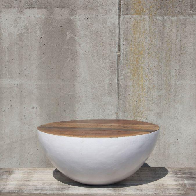 Hobo 2 kenmerkt zich door bijzonder design; een ronde bol, waarvan een helft ontbreekt. Hiermee breekt u met de kubistische trend! Het blad is vervaagd uit prachtig hout met geweldige kleurschakeringen. Met deze bijzettafel haalt u een ware blikvanger in huis!