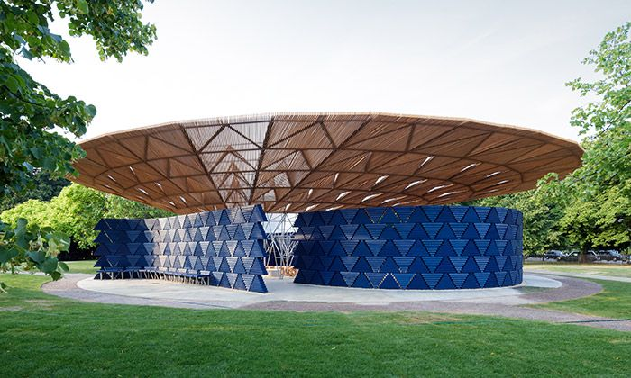 Francis Kéré postavil pavilon před Serpentine Gallery