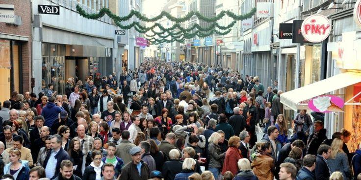 De zondagsbesteding van veel mensen. Steeds meer steden openen hun deuren op zondag voor het winkelende publiek