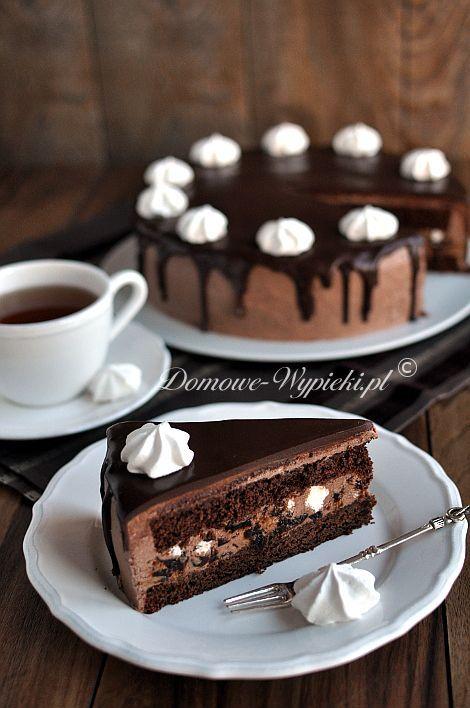 Tort czekoladowy z bezami i suszonymi śliwkami