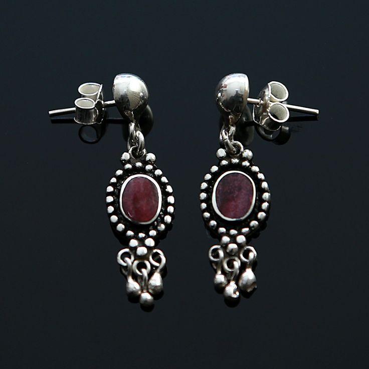 Zilveren oorstekers met paarse stekeloester (spondylus) http://www.dczilverjuwelier.nl/edelstenen-sieraden/oorbellen-met-edelstenen